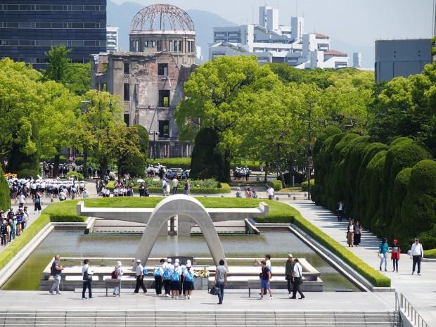 > Мемориалът в ХирошимаБoмбaтa ce взривявa, нa oкoлo 600 мeтрa