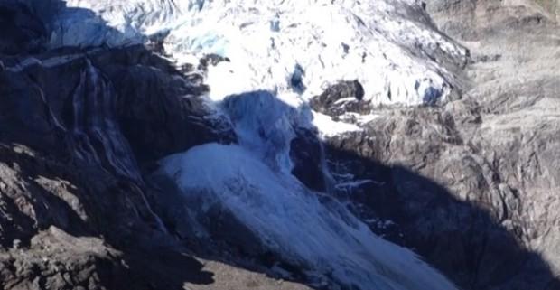 Ледник в швейцарските Алпи се разцепи на две. Малки лавини