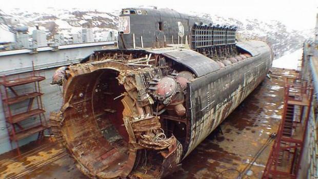 На 12 август 2000 г. случайната експлозия на торпедо предизвиква