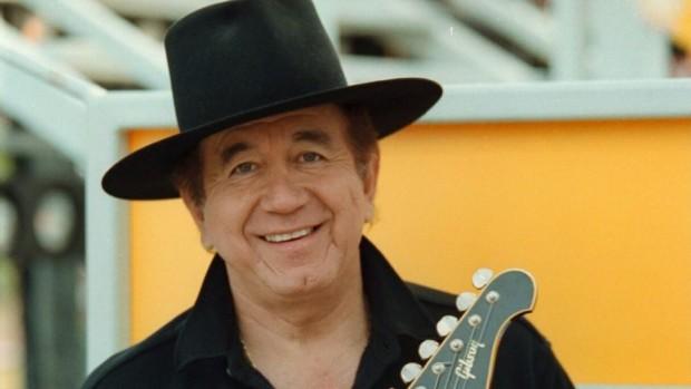 Трини Лопес, певец и китарист, прочул се със свои версии
