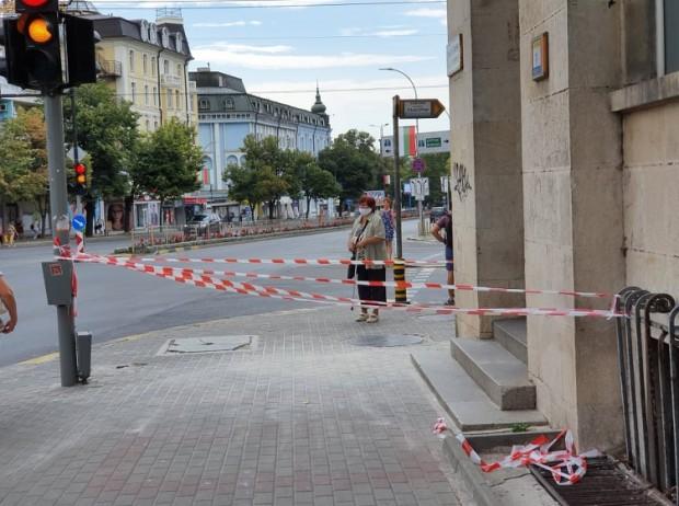 Varna24.bg Мазилка пада от сградата на Централна поща във Варна,