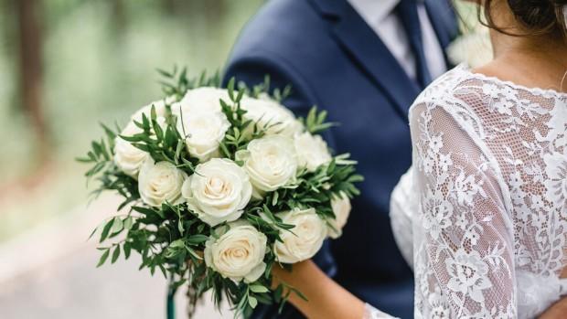 Масово се правят скромни сватби само с кумове или по