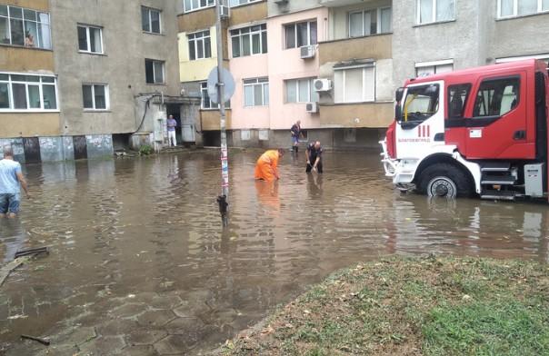 Нова твПороен дъжд, продължил повече от час, наводни улиците в